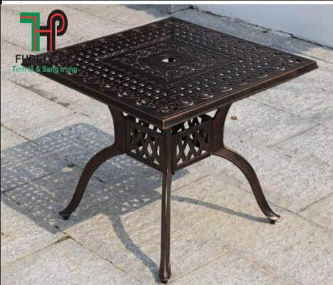 bàn để ngồi ngoài vườn