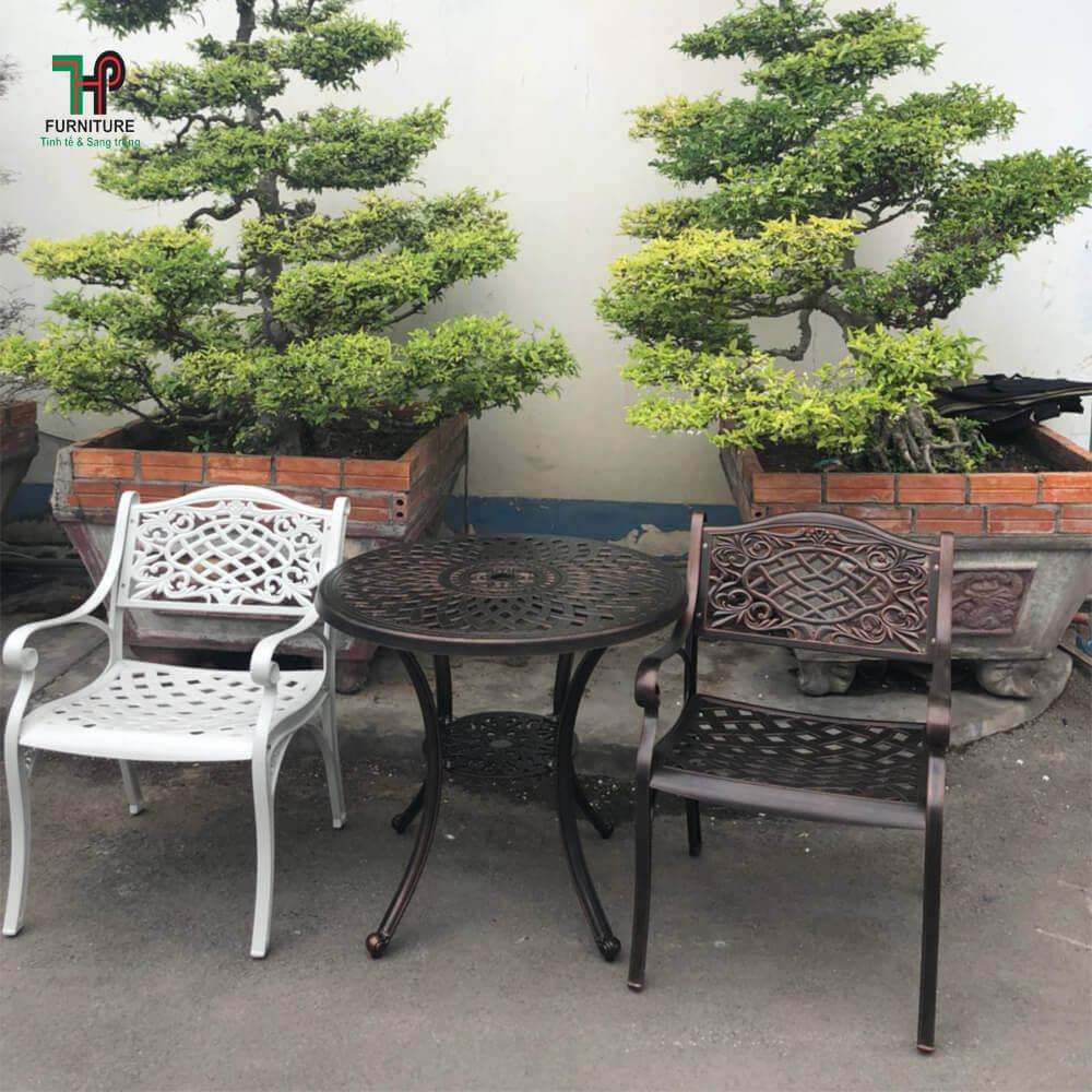 bàn tròn để ngoài vườn