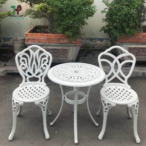 bàn ghế ngồi ngoài trời