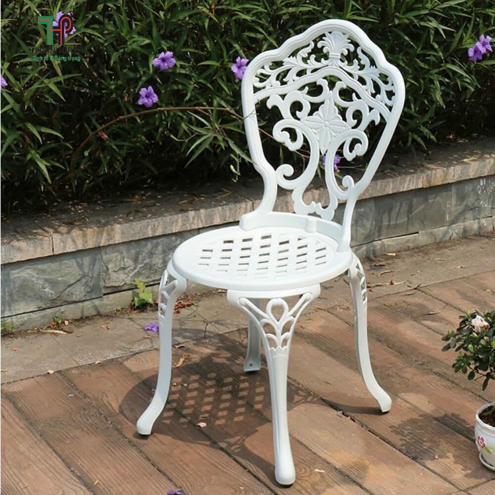 Ghế sân vườn màu trắng
