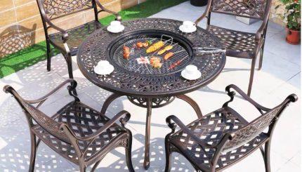 bàn-tròn-sân-vườn-có-bếp-than
