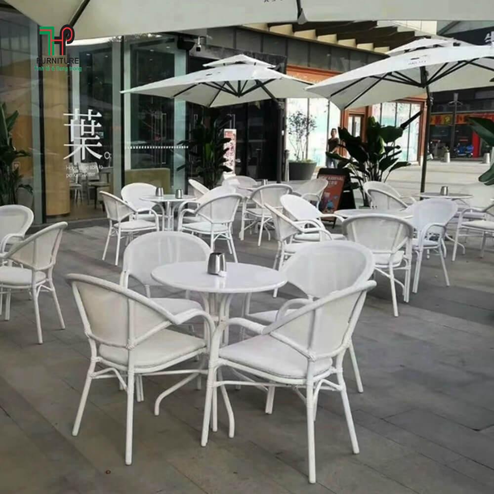 bàn ghế cafe ngoài vườn màu trắng